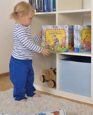 Lena räumt ihre erste Bibliothek ein - ministeps